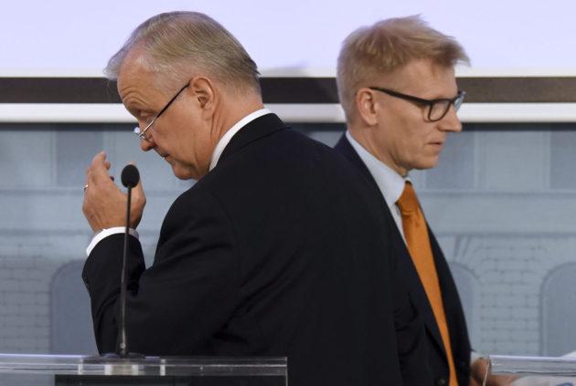 Elinkeinoministeri Olli Rehn (kesk) ja maatalous- ja ympäristöministeri Kimmo Tiilikainen (kesk) esittelivät kansallista energia- ja ilmastostrategiaa Helsingissä 24. marraskuuta 2016.