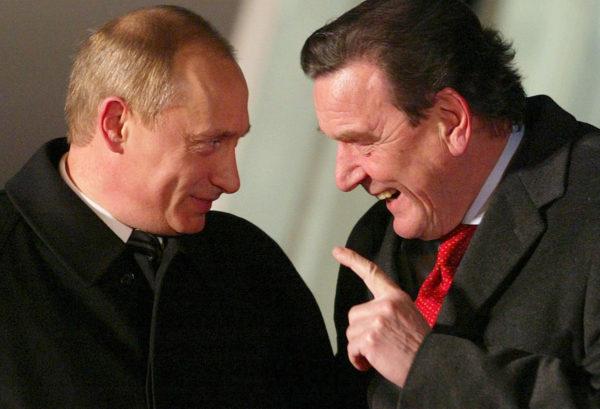 Saksan entinen liittokansleri Gerhard Schröder ja presidentti Vladimir Putin Hampurissa Saksassa joulukuussa 2004.