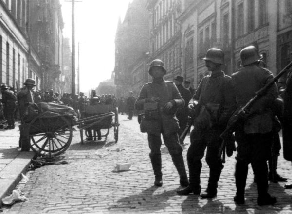 Saksalaissotilaita Helsingin Fabianinkadulla keväällä 1918.