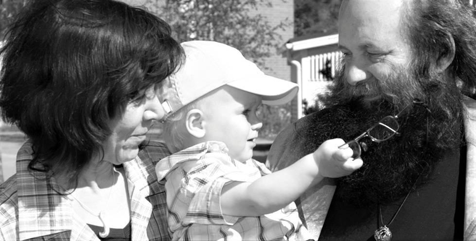 """""""Kuvassa ovat vanhempani ja poikani vuonna 2008. Perheessämme positiivisuus ja periksiantamattomuus kulkevat sukupolvelta toiselle. Perhe on elämäni suurin tuki."""""""