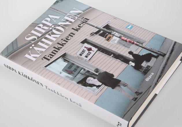 Sirpa Kähkönen: Tankkien kesä. 412 s. Otava, 2016.