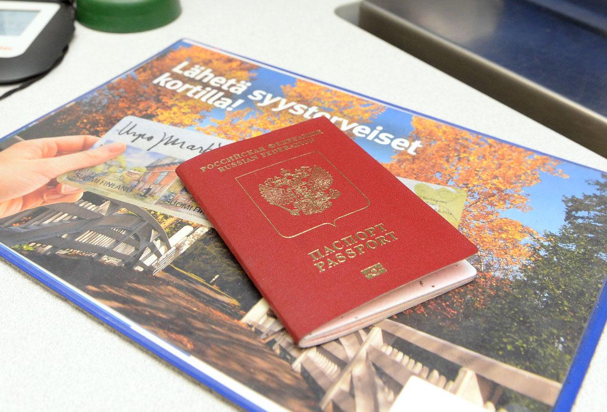 Venäjän passi Harapaisten postin tiskillä Lappeenrannassa. Arkistokuva.