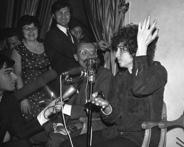 Bob Dylan (oikealla) täytti 25 vuotta Pariisissa 1966.