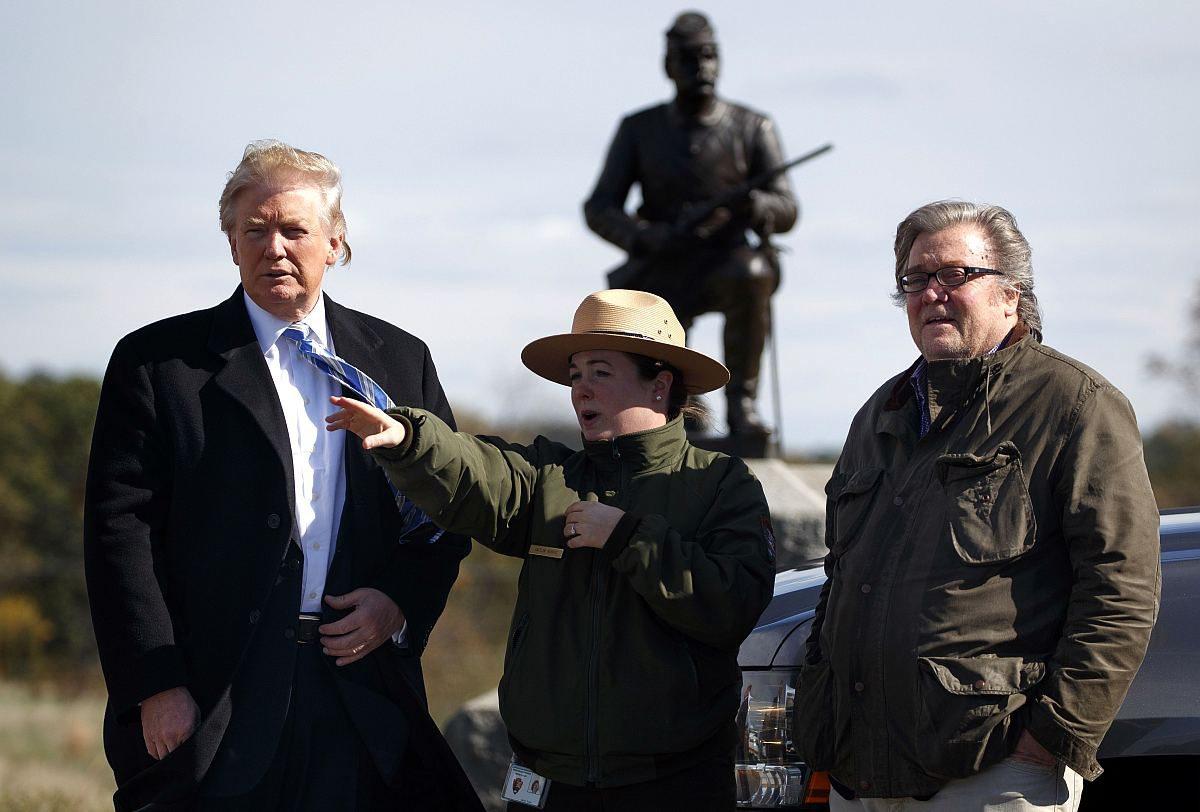 Donald Trump ja Steve Bannon (oik.) vierailivat Gettysburgissa Pennsylvaniassa Yhdysvalloissa 22. lokakuuta 2016. Sotilaspuistoa esitteli puistonvartija Caitlin Kostic (kesk).