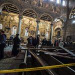 Turvallisuusviranomaiset ja kirkon johtajat tutkivat pommin tuhoja koptikrisittyjen kappelissa Kairossa 11. joulukuuta 2016.