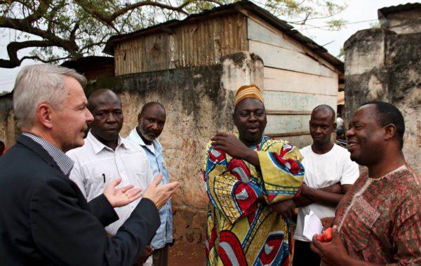 Pekka Haavisto, muslimioppinut Ismail Lawal (kesk.) ja Kirkon ulkomaanavun ohjelmajohtaja Kofi Ayisa (oik.) keskustelevat sovintotyöstä Banguissa.