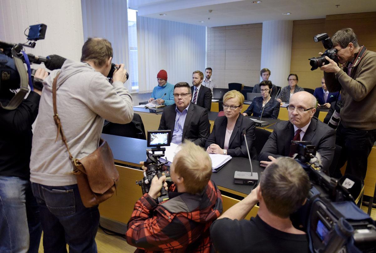 Helsingin huumepoliisin entinen päällikkö Jari Aarnio ja hänen asianajajansa Riitta Leppiniemi Aarniota koskevan huume- ja virkarikosjutun oikeudenkäynnissä Helsingin käräjäoikeudessa 8. maaliskuuta 2016.