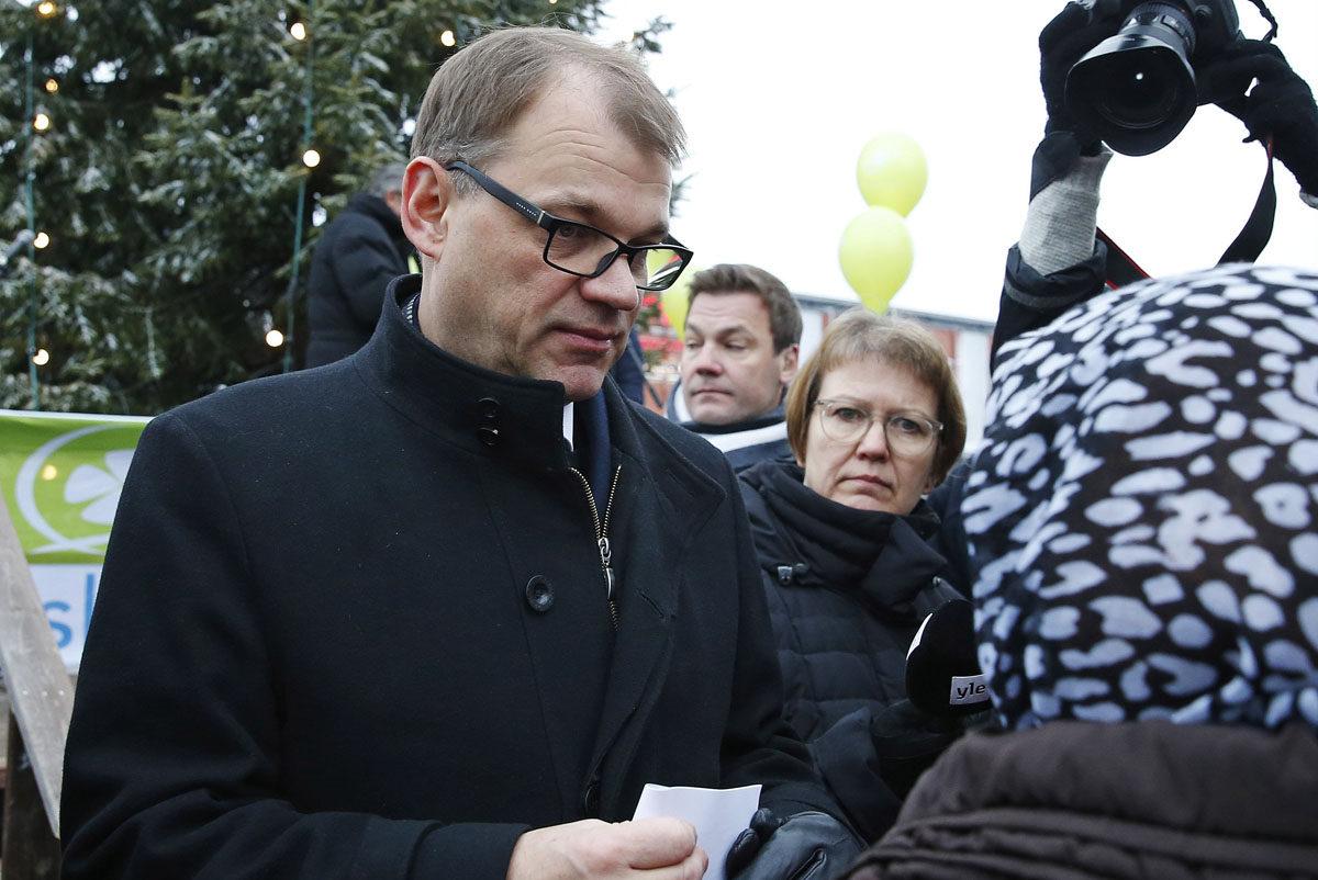 Pääministeri Juha Sipilä ja Ylen toimittaja Pirjo Auvinen (Sipilän takana) Torniossa 26. marraskuuta 2016.