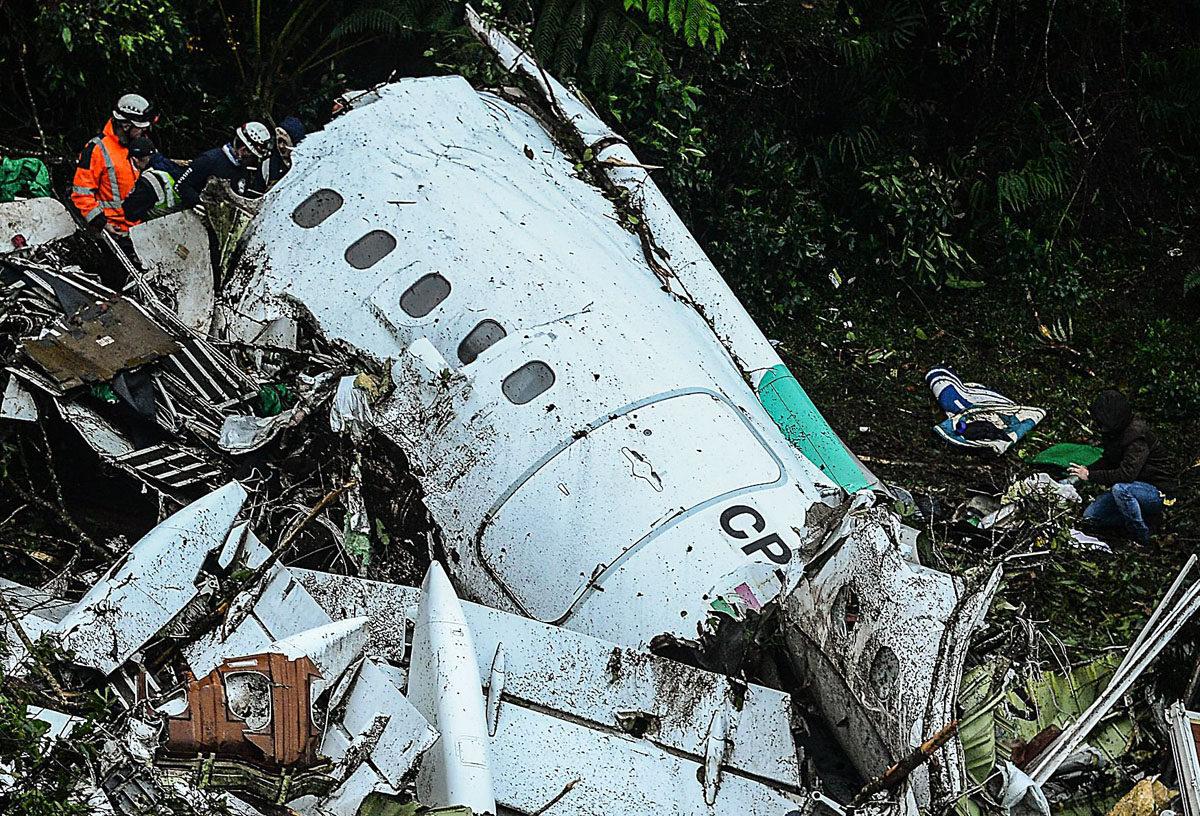 Pelastustyöntekijät tutkivat LaMia-lentoyhtiön matkustajakoneen hylkyä Cerro Gordon vuoristossa Kolumbiassa 29. marraskuuta 2016.