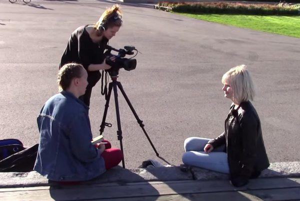Nuorten Ääni -toimitus työnteossa. Kuvakaappaus toimituksen esittelyvideolta.