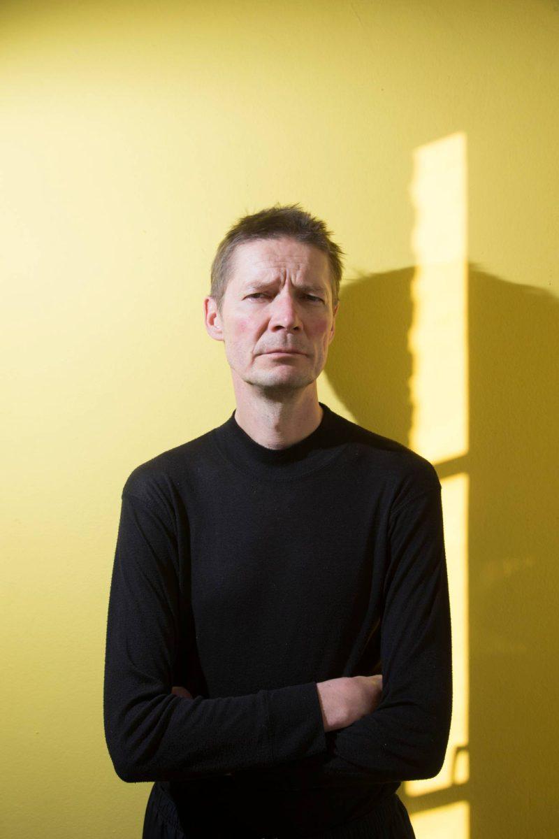 Teatteriohjaaja ja kirjailija Juha Hurme.