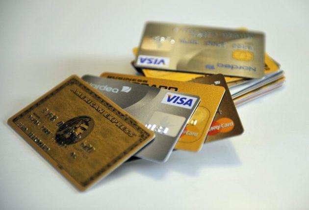 Pankki- ja luottokortteja.