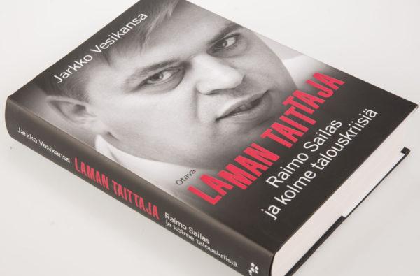 Jarkko Vesikansa: Laman taittaja. Raimo Sailas ja kolme talouskriisiä. 498 s. Otava.