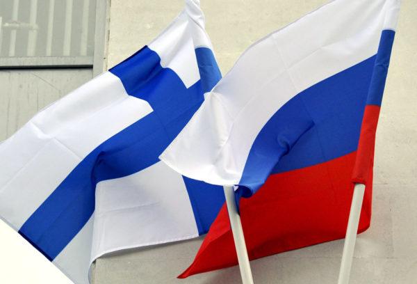 Suomen ja Venäjän liput.