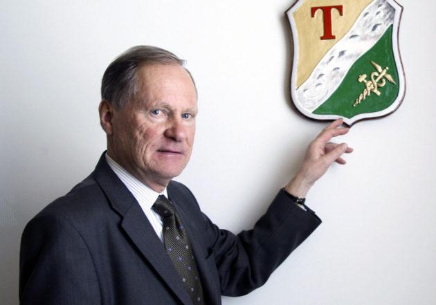 Pormestarimalli otettiin käyttöön ensin Tampereella. Pormestari Timo P. Nieminen ja Tampereen vanhempi vaakuna huhtikuussa 2008.