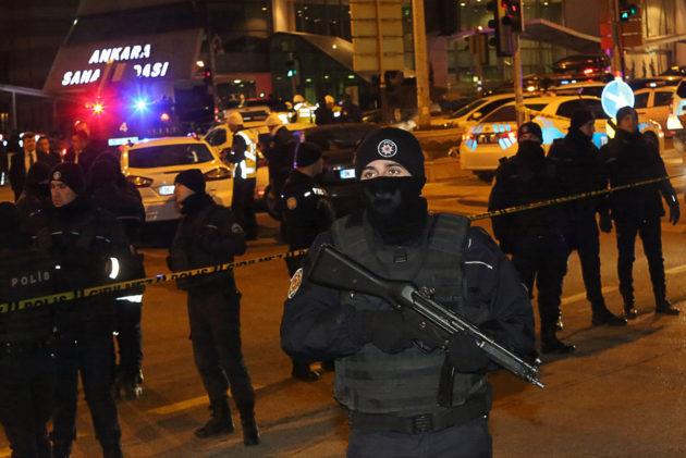 Turkkilaisia poliiseja vartioi näyttelyhallia, jossa Venäjän suurlähettiläs ammuttiin, Ankarassa 19. joulukuuta 2016.