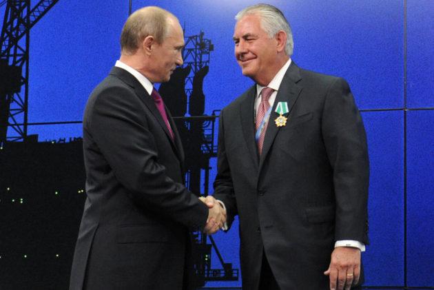 Venäjän presidentti Vladimir Putin ja Exxonin toimitusjohtaja Rex Tillerson tapasivat talousfoorumissa Pietarissa Venäjällä 21. kesäkuuta 2012.