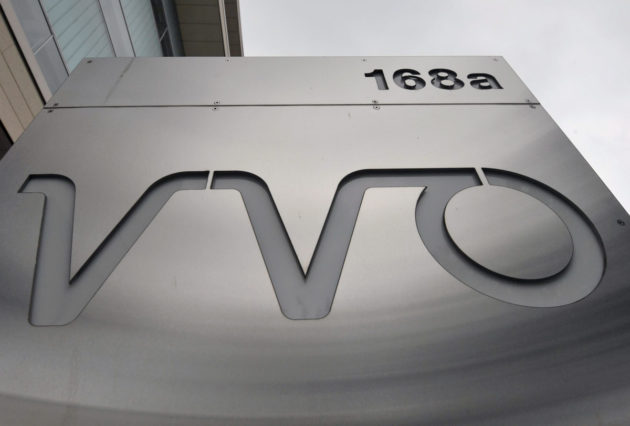 VVO:n logo pääkonttorin edessä Helsingissä.