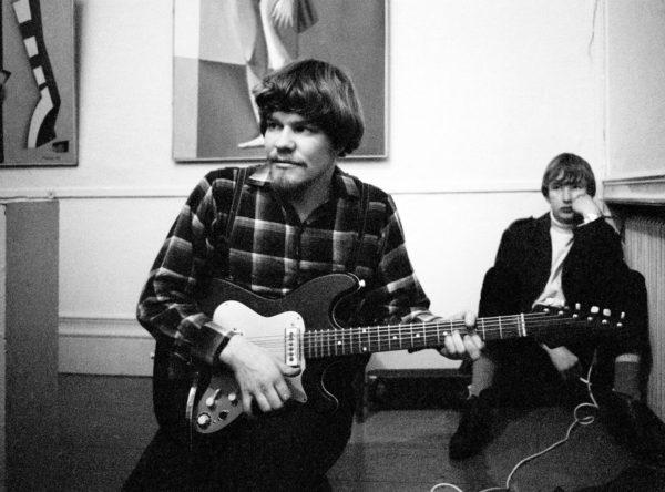 """M. A. Numminen Helsingin Taidehallissa syyskuussa 1968. Taustalla Rauli """"Badding"""" Somerjoki."""