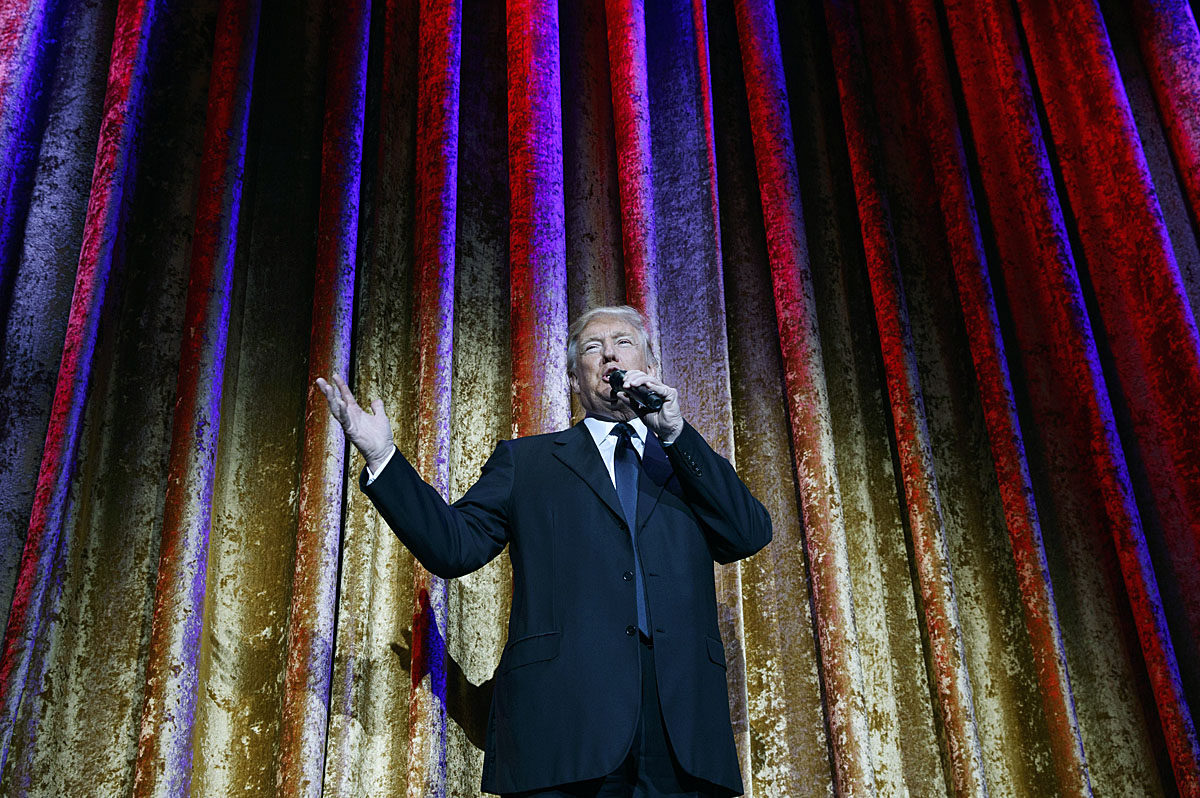 Yhdysvaltain tuleva presidentti Donald Trump puhui virkaanastujaisia edeltävillä perinteisillä juhlapäivällisillä Washingtonissa 17. tammikuuta 2017.