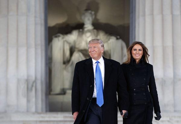 Donald ja Melania Trump Lincoln-muistomerkillä Washingtonissa 19. tammikuuta 2017.