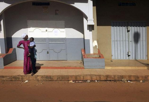 Gambian pääkaupungin Banjulin kadut tyhjenivät jo 18. tammikuuta 2017. Tuhannet ihmiset ovat paenneet Senegalin puolelle ja loput odottelivat sisätiloissa Senegalin joukkojen hyökkäystä.