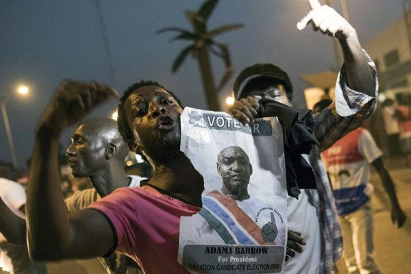 Ihmiset juhlivat uutta presidenttiä Gambian pääkaupungissa Banjulissa 19. tammikuuta 2017.