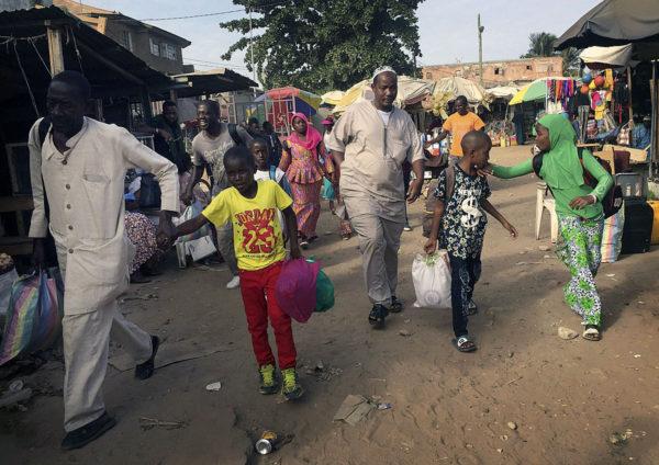 Ihmiset kiirehtivät Senegaliin vievälle lautalle Gambian pääkaupungissa Banjulissa 17. tammikuuta 2017.