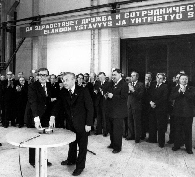 Pääministeri Kalevi Sorsa ja Leningradin puoluejohtaja Grigori Romanov käynnistävät selluloosakoneistoa Svetogorskissa 1979.