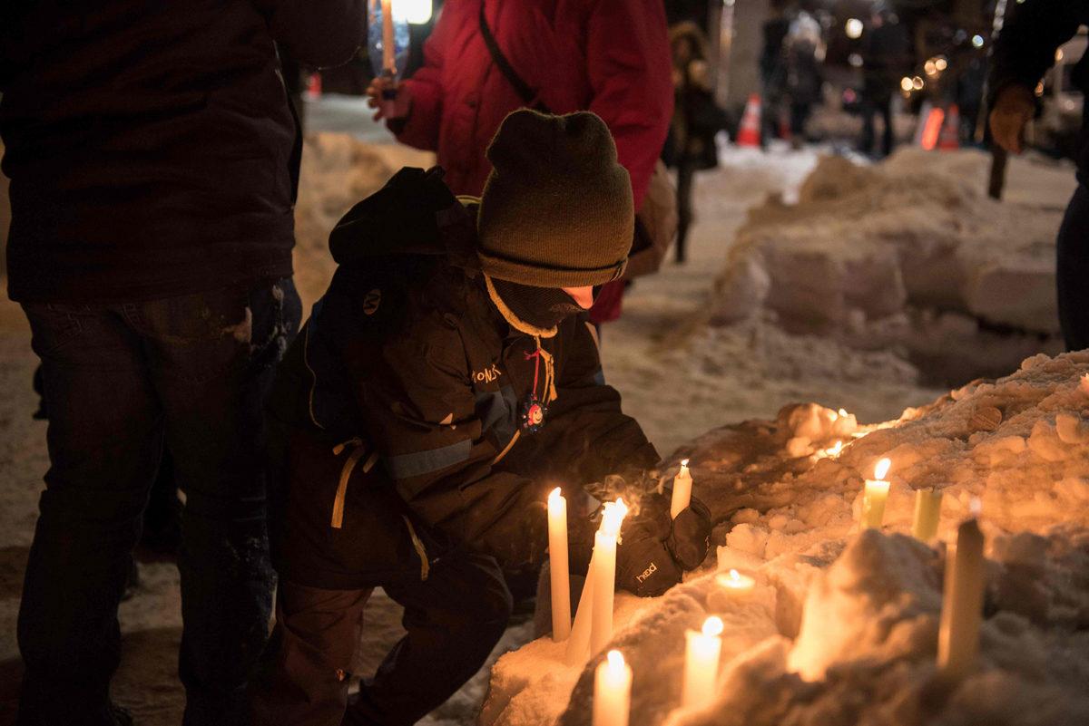 Kanadan Quebecissä sytytettiin kynttilöitä terrori-iskun uhrien muistoksi 30. tammikuuta 2017.