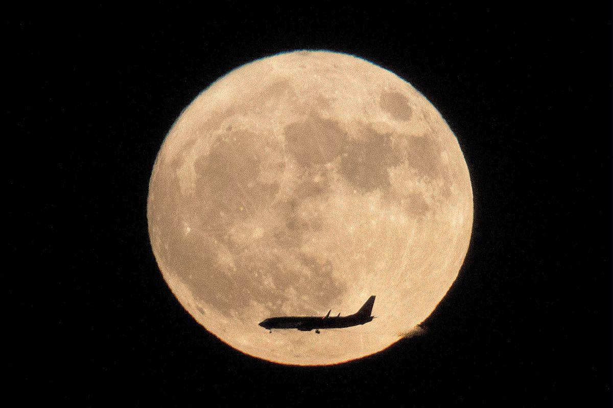 Kuu ja sen edessä matkustajalentokone Pekingistä Kiinasta katsottuna 14. marraskuuta 2016.