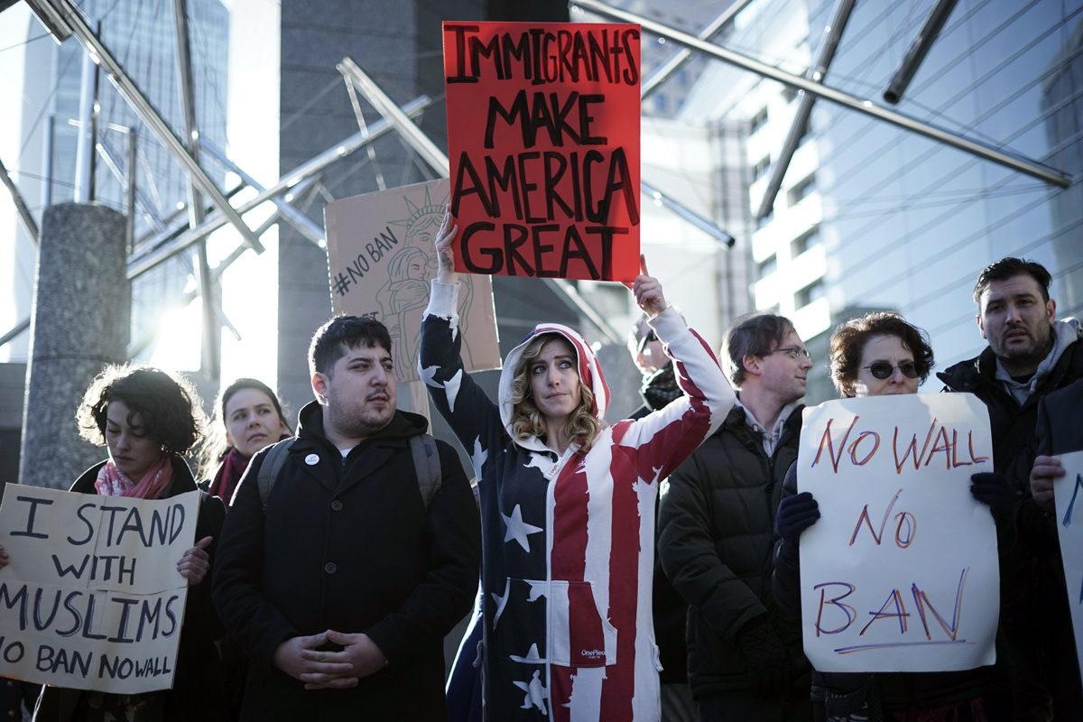 Mielenosoittajat vastustivat presidentti Donald Trumpin maahahtulokieltoa Yhdysvaltain Tokion-lähetystön edustalla Japanissa 31. tammikuuta 2017.