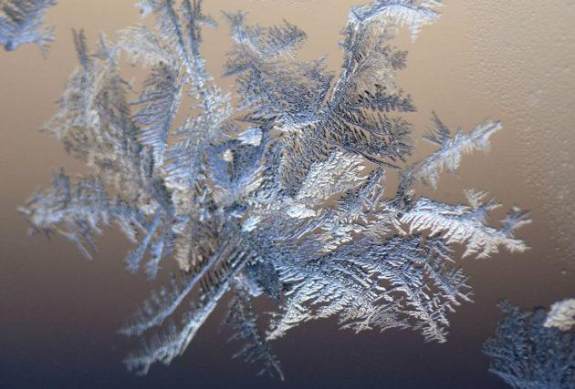 Jääkiteitä ikkunassa Helsingissä 4. tammikuuta 2017.