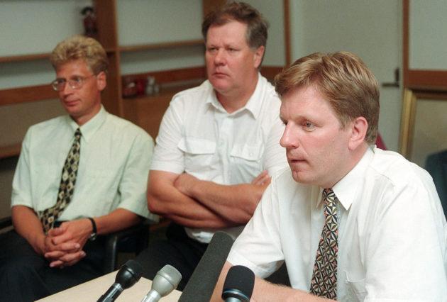 Elokuussa 1997 keskusta piti tiedotustilaisuuden Euroopan talous- ja rahaliitosta, puheenjohtaja Esko Aho (oik.), Pekka Perttula ja Seppo Kääriäinen (kesk.).