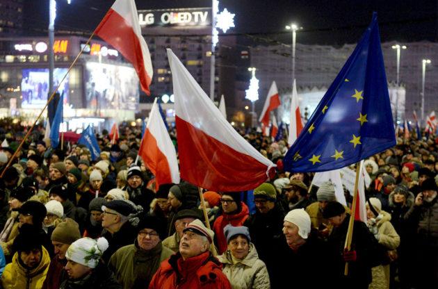 Hallituksen vastainen mielenosoitus Varsovassa 13. joulukuuta 2016.