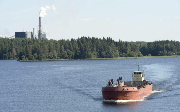 Puskuproomu Kallavedellä Kuopiossa 26. heinäkuuta 2013. Taustalla Savon Sellun tehdas Sorsasalossa. Finnpulpin tehdas tulisi sen viereen.