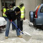 Turvapaikanhakijoita lumitöissä Uudenmaankadulla Helsingissä 4. helmikuuta 2010.