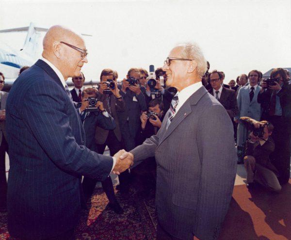 Urho Kekkonen ja Erich Honecker Berliinin Schönefeldin lentokentällä 6.9.1977.