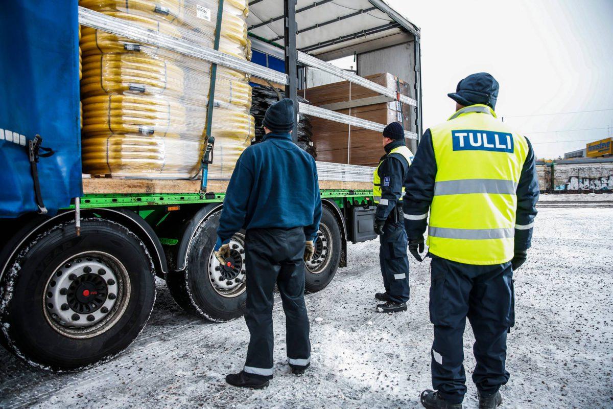 Tullin valvontaryhmä tarkasti rekka-autoa Helsingin Vuosaaren satamassa 9. tammikuuta 2017.