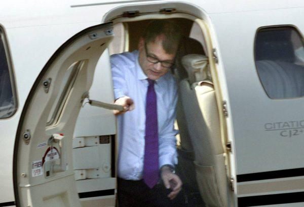 Pääministeri Juha Sipilän ohjaama suihkukone laskeutui Maarianhaminan lentokentälle Ahvenanmaalle 30. kesäkuuta 2016.