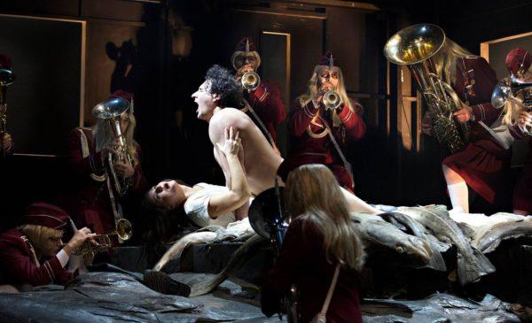 Sergein (Alexei Kosarev) ja Katerinan (Svetlana Sozdateleva) välillä on latausta.
