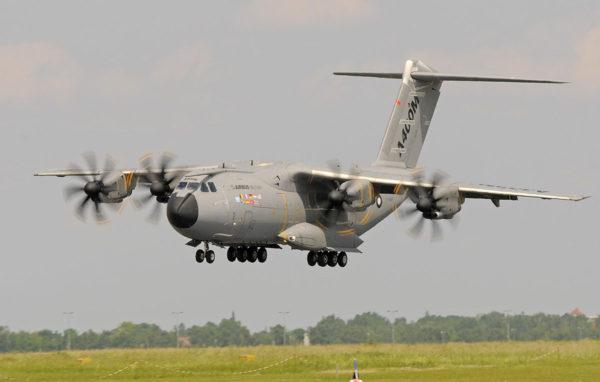 Airbus-yhtiön valmistama A400M sotilaskuljetuskone lentonäytöksessä Berliinissä 9. kesäkuuta 2010.