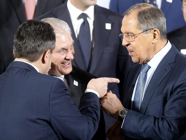 Saksan ulkoministeri Sigmar Gabriel (vas.) Yhdysvaltain ulkoministeri Rex Tillerson ja Venäjän ulkoministeri Sergei Lavrov keskustelivat Bonnissa G20-ryhmän kokouksessa 16. helmikuuta.