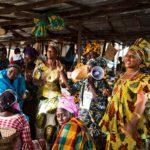 Naiset laulavat Adama Barrow'lle ylistystä Serekundan torilla Gambiassa helmikuussa 2017.