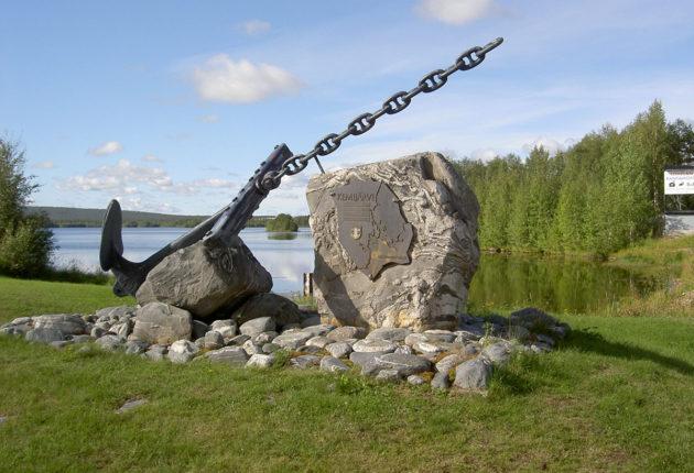 Kuvaveistäjä Urpo Kärrin ankkuriaiheinen monumentti Kemijärven Hietaniemen leirintäalueen portilla.