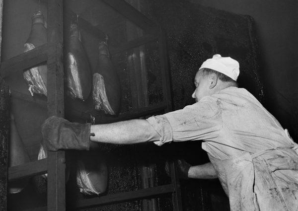 Kinkkuja ja makkaroita savustetaan Karjakunnassa vuonna 1959.