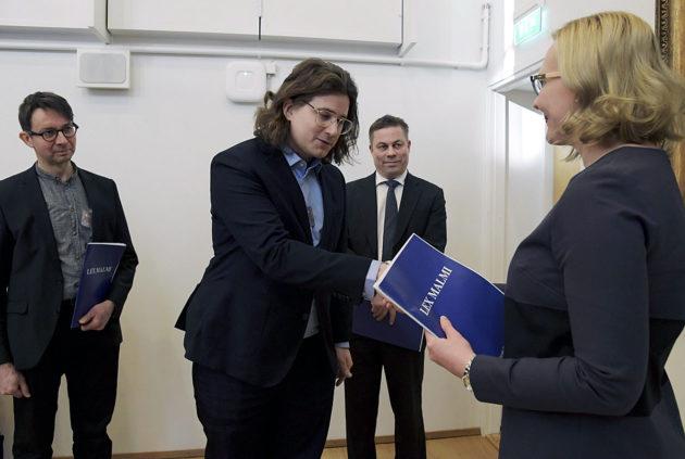 Mikko Saarisalo, Kim Korkkula ja Timo Hyvönen luovuttivat Lex Malmi -kansalaisaloitteen eduskunnan puhemies Maria Lohelalle Helsingissä 8. helmikuuta 2017.