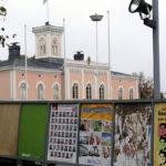 Kuntavaalien mainosjulisteita Loviisan torilla Loviisassa lokakuussa 2009.