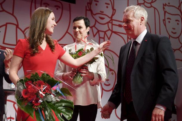Varapuheenjohtajiksi valitut Sanna Marin ja Maarit Feldt-Ranta saivat onnittelut jatkavalta puheenjohtajalta Antti Rinteeltä SDP:n puoluekokouksessa Lahdessa 4. helmikuuta 2017.