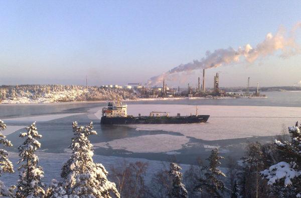 Ruotsalainen kemikaalitankkeri M/T Pandion Neste Oilin Naantalin öljysataman edustalla 2. tammikuuta 2009.